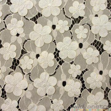Witte kant met witte gestikte bloem