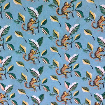 Katoen - Aapje tussen bananenbladeren op blauw