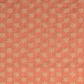Katoen - Zalmroze met geborduurd ecru bloemmotief