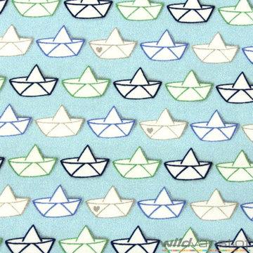 Papieren bootjes op blauw